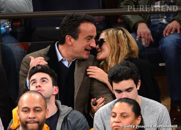 Mary-Kate Olsen et Olivier Sarkozy se font encore remarquer avec des effusions de tendresse lors du match des Detroit Pistons contre les New York Knicks. Mais cette fois, la star a une bague à l'annulaire de sa main gauche ! Des fiançailles ?