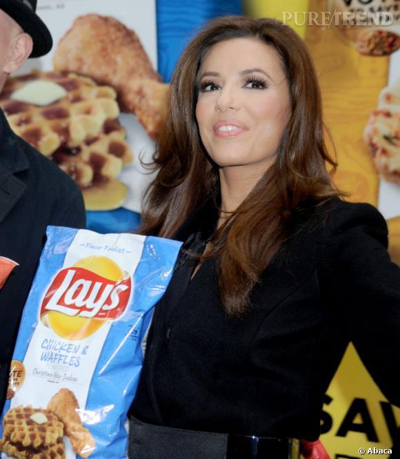Eva Longoria est accro aux chips ! Cela tombe bien, la star est l'égérie de la marque Lay's. (Ici, elle pose avec les saveurs gagnantes des nouvelles chips)