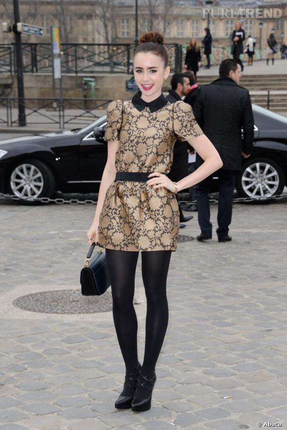 Lily Collins mise sur une robe or et noire Louis Vuitton de la pré-collection Automne 2013, pour le défilé Louis Vuitton à la Fashion Week Paris.