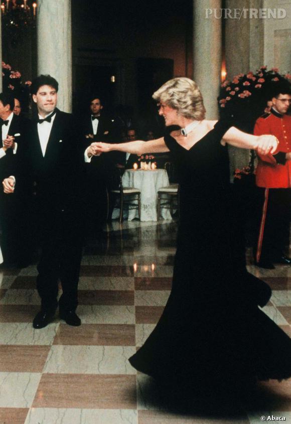 La célèbre robe en velours bleu nuit que portait la princesse lorsqu'elle a dansé avec l'acteur John Travolta.