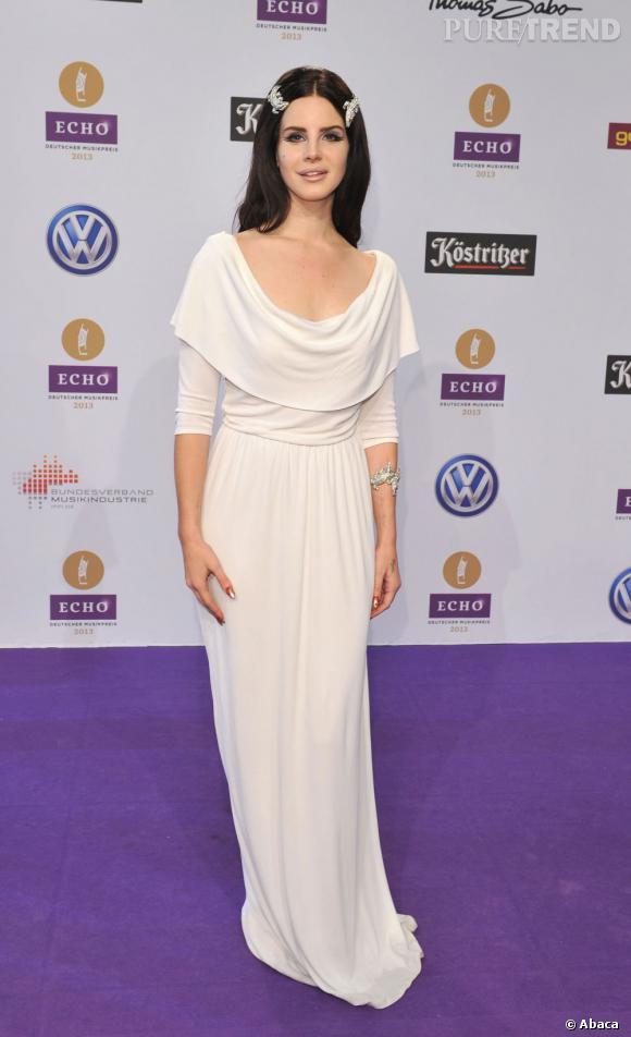 Lana Del Rey, angélique en longue robe blanche aux Echo Awards à Berlin.