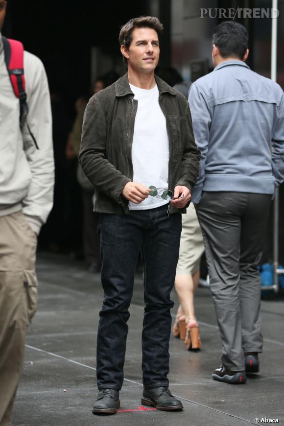 Tom Cruise en tournage, allure décontractée.