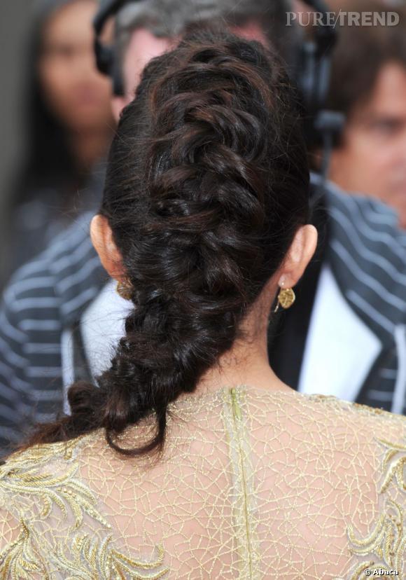 Très travaillée, cette coiffure de Selena Gomez ne néglige aucun détail.