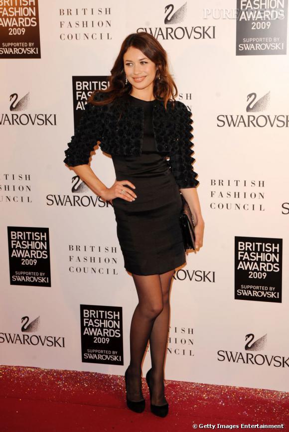 """Le top """"petite robe"""" :  Olga Kurylenko associe comme il se doit petite robe noire et détails futuristes."""