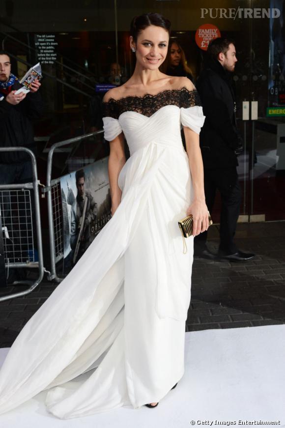 """Le top """"grand jeu"""" :  Olga Kurylenko est tout simplement sublime dans sa robe bicolore Marchesa."""