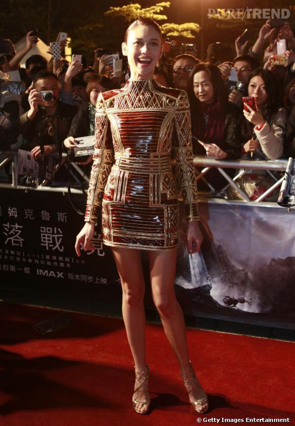 "Le flop ""prise de risque"" :  Olga Kurylenko va trop loin, la robe armure ne lui convient pas vraiment."