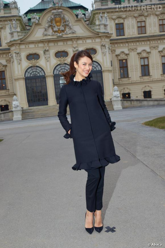 """Le top """"chic en pantalon"""" :  Olga Kurylenko est parfaitement mise en valeur dans cet ensemble pourtant bien couvrant."""