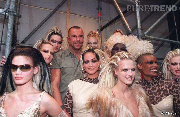 Thierry Mugler entouré des tops de sa collection Automne-Hiver 2011/2002.