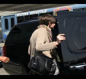Anne Hathaway se trompe de voitures alors qu'elle essaie d'échapper aux photographes.