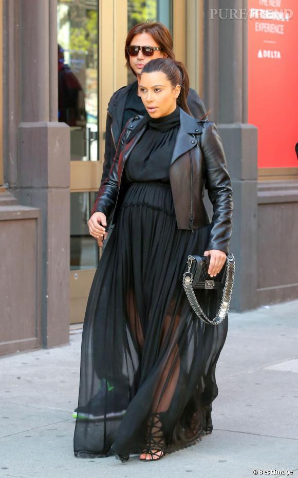 Kim Kardashian porte des escarpins qui lui boudinent les pieds.