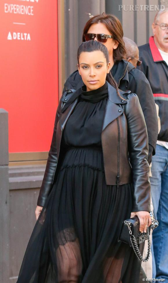 Kim Kardashian porte une robe noire, fluide, légère et transparente mais le col roulé ne la flatte pas du tout.