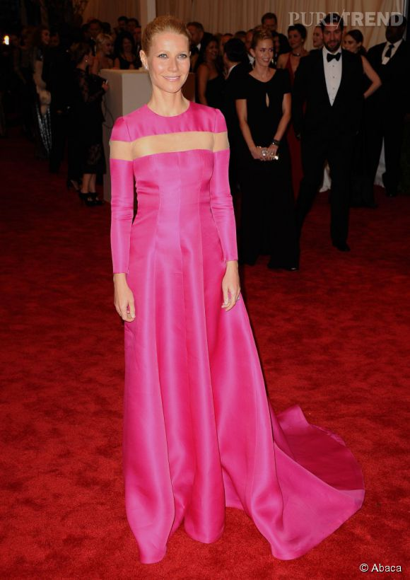 """Gwyneth Paltrow dans une robe rose flashy Valentino et des boucles d'oreilles Wilfredo Rosado au MET Ball 2013, """"Punk : Chaos to Couture""""."""