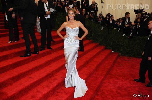 """Heidi Klum porte une robe Marchesa, des sandales Kalpa Jimmy Choo et des bijoux Harry Winston au MET Ball 2013, """"Punk : Chaos to Couture""""."""