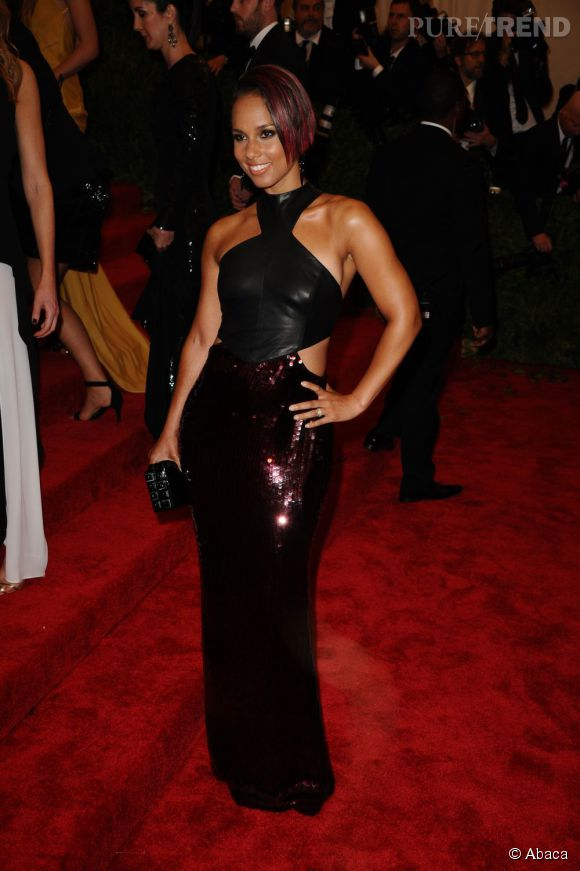 """Alicia Keys en robe Jason Wu, des bijoux Robert Lee Morris, une pochette Tonya Hawkes et des escarpins Casadei au MET Ball 2013, """"Punk : Chaos to Couture""""."""