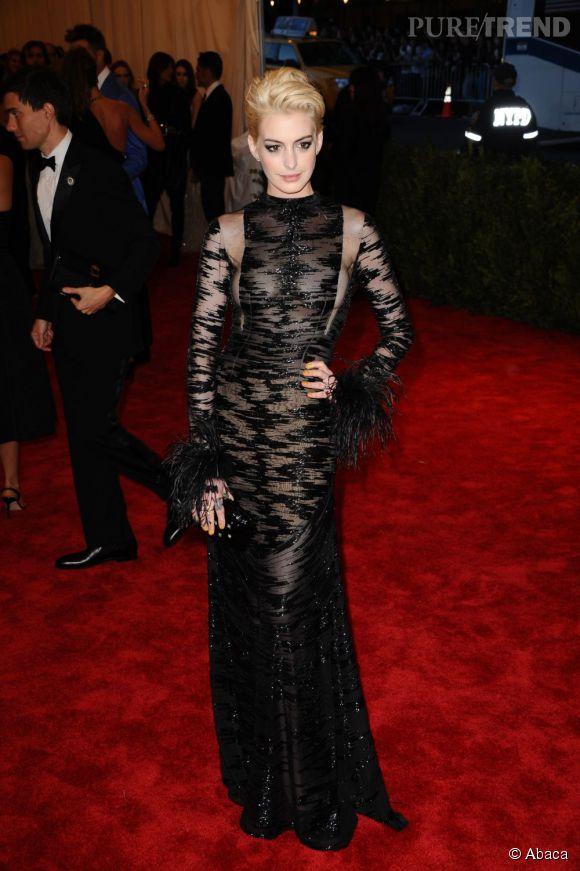 "Anne Hathaway, blonde et en robe Valentino (vintage de 1992) au MET Ball 2013, ""Punk : Chaos to Couture""."