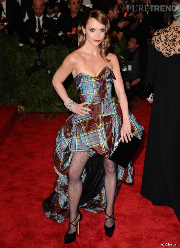 """Christina Ricci en robe Vivienne Westwood Couture, des escarpins à brides Casadei, une pochette Ferragamo et des bijoux Harry Winston au MET Ball 2013, """"Punk : Chaos to Couture""""."""