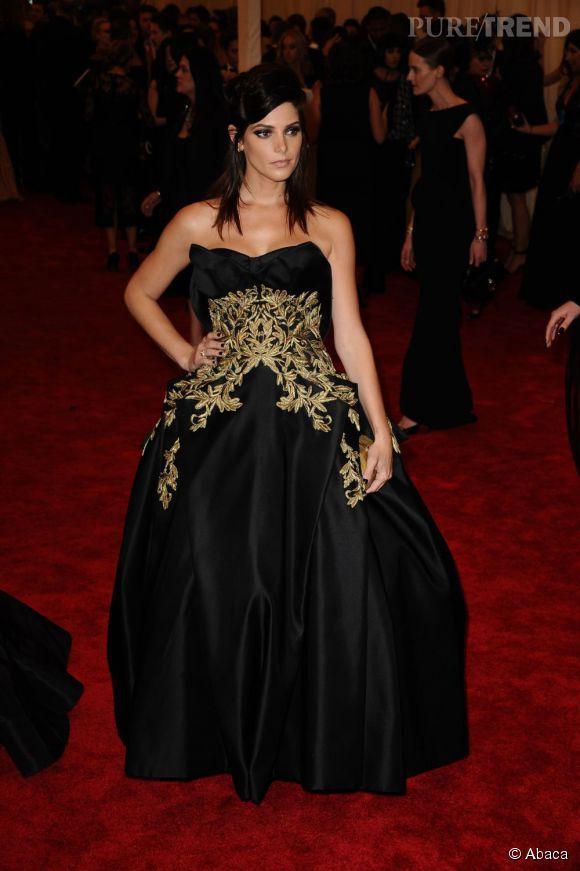 """Ashley Greene en robe noire et or Marchesa et des bijoux Harry Winston au MET Ball 2013, """"Punk : Chaos to Couture""""."""