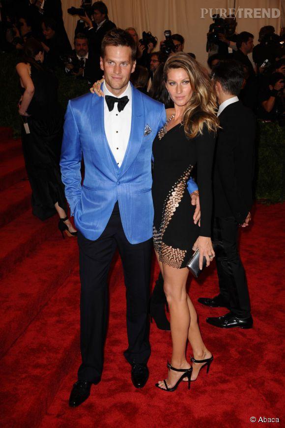 """Gisèle Bundchen, accompagnée de son mari Tom Brady, porte une robe courte Anthony Vacarello et des bijoux David Yurman au MET Ball 2013, """"Punk : Chaos to Couture""""."""