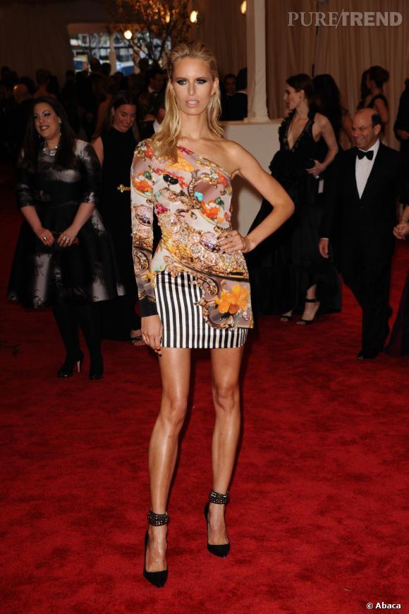 "Karolina kurkova dévoile ses jambes dans une robe Mary Katrantzou au MET Ball 2013, ""Punk : Chaos to Couture""."