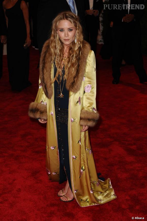 """Mary Kate Olsen en robe Chanel Haute Couture, un manteau vintage Balmain, des chaussures Louis Vuitton, sa propre ligne de bijoux ainsi que des bijoux Sidney Garber, au MET Ball 2013, """"Punk : Chaos to Couture""""."""