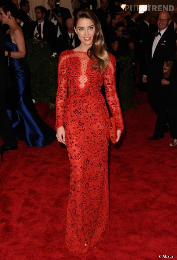 """Amber Heard, divine dans une robe rouge passion Pucci et des bijoux Pomellato au MET Ball 2013, """"Punk : Chaos to Couture""""."""