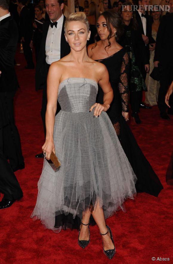 """Julianne Hough en robe Topshop, des chaussures Giuseppe Zanotti, une pochette Calvin Klein et des bijoux Jacob & Co au MET Ball 2013, """"Punk : Chaos to Couture""""."""
