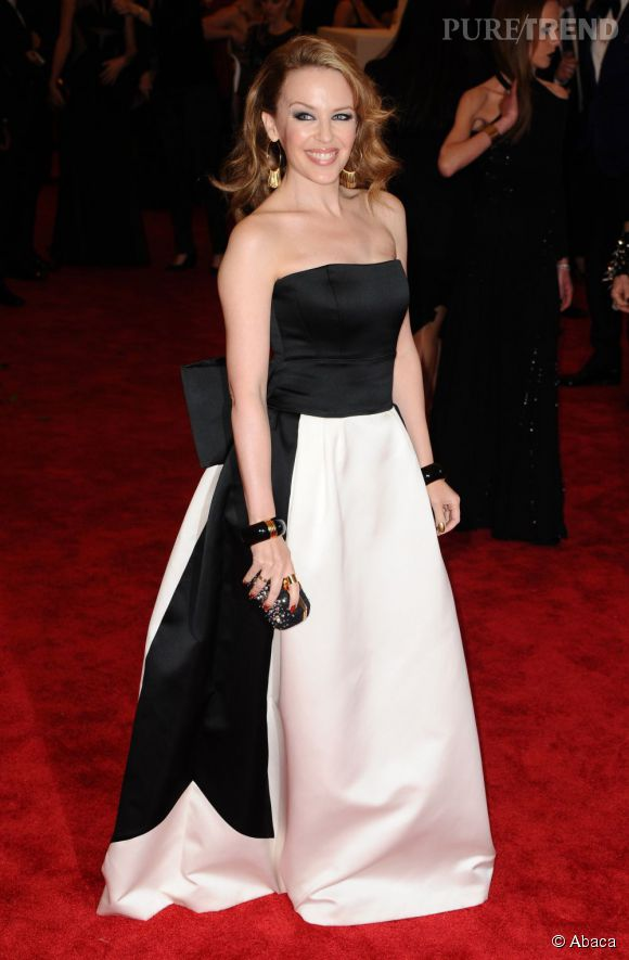 """Kylie Minogue en robe Moschino noire et blanche au MET Ball 2013, """"Punk : Chaos to Couture""""."""