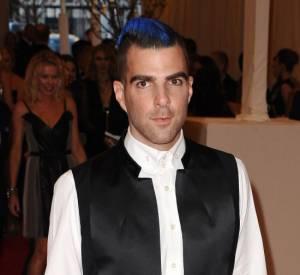 """Zachary Quinto, très chic et punk grâce à ses cheveux bleus réalisés par la coiffeuse Patricia Morales, au MET Ball 2013, """"Punk : Chaos to Couture""""."""
