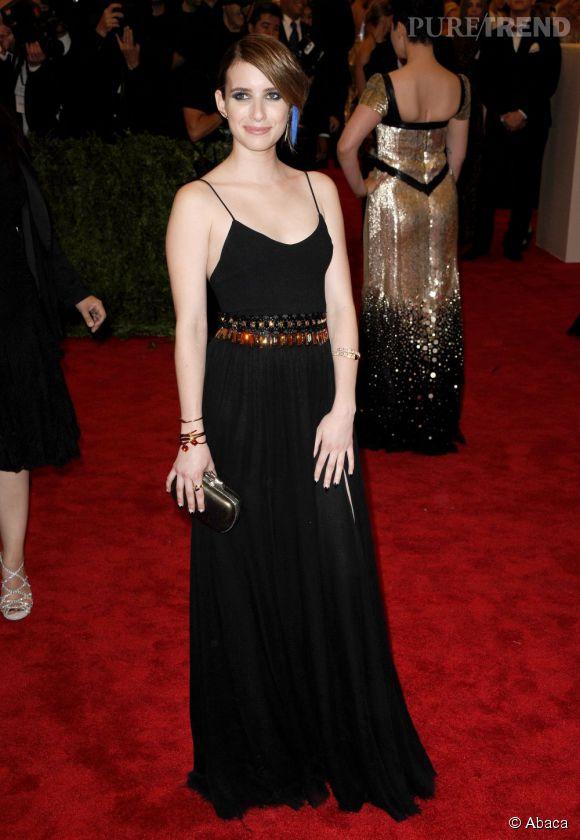 """Emma Roberts en robe et pochette DVF, des boucles d'oreilles Jennifer Fisher, un bracelet Baccarat, un bracelet et une bague Bulgari, au MET Ball 2013, """"Punk : Chaos to Couture""""."""