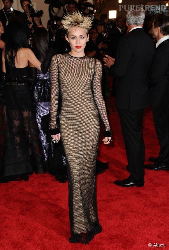 """Miley Cyrus étonne dans une robe filet Marc Jacobs, des chaussures Prada et des bijoux Eddie Borgo au MET Ball 2013, """"Punk : Chaos to Couture""""."""