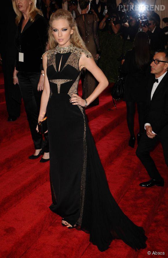"""Taylor Swift porte une robe et une pochette J Mendel, des chaussures Givenchy et des bijoux Lorraine Schwartz au MET Ball 2013, """"Punk : Chaos to Couture""""."""