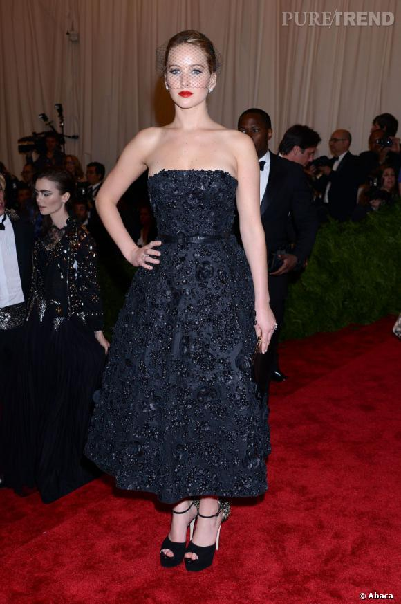 """Jennifer Lawrence porte une robe Christian Dior, des chaussures Brian Atwood et un accessoire de cheveux Jennifer Behr au MET Ball 2013, """"Punk : Chaos to Couture""""."""