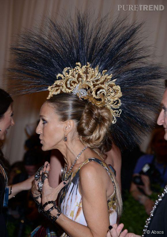 """La fameuse coiffure Philip Treacy que porte Sarah Jessica Parker lors du MET Ball 2013, """"Punk : Chaos to Couture""""."""