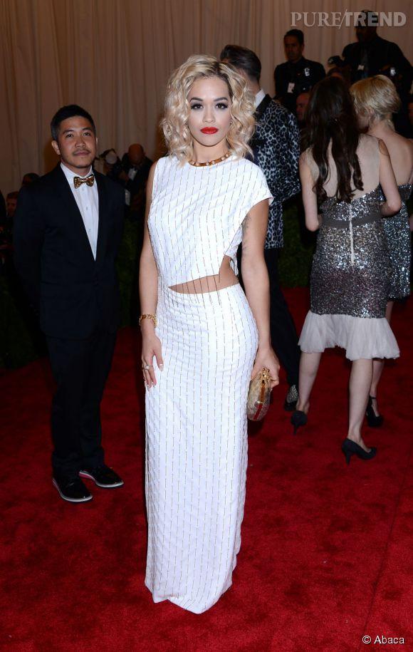 """Rita Ora dans une robe et un collier Thakoon, des bijoux Cartier, et des chaussures Nicholas Kirkwood au MET Ball 2013, """"Punk : Chaos to Couture""""."""