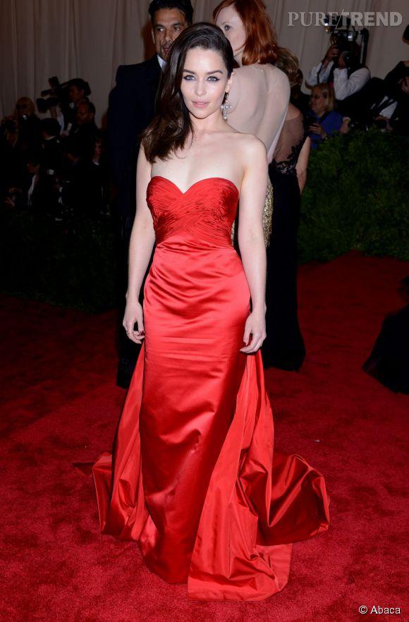 """Emilia Clarke, somptueuse dans une robe bustier Ralph Lauren rouge passion et des bijoux Fred Leighton au MET Ball 2013, """"Punk : Chaos to Couture""""."""
