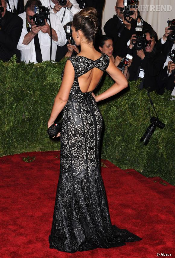 Le dos découpé de la robe Tory Burch de Jessica Alba.