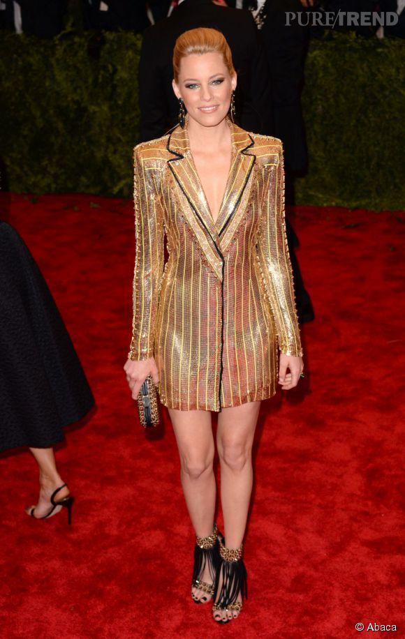 """Elizabeth Banks, étincelante dans une robe smoking Atelier Versace, des chaussures et un sac Brian Atwood et des bijoux Kara Ross au MET Ball 2013, """"Punk : Chaos to Couture""""."""