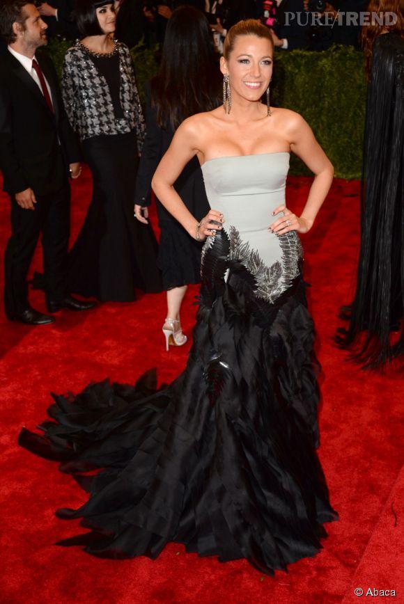 """Blake Lively porte une robe bustier Gucci Première, des chaussures Christian Louboutin et des bijoux Lorraine Schwartz au MET Ball 2013, """"Punk : Chaos to Couture""""."""
