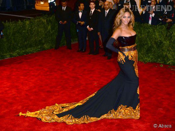La longue traîne de la robe Givenchy de Beyoncé.