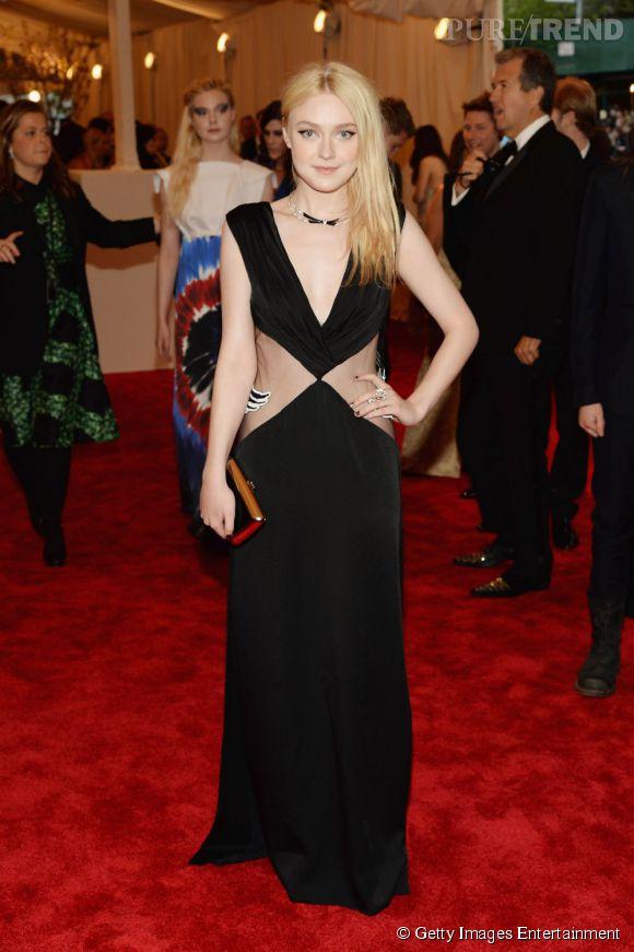 "Dakota Fanning en robe Rodarte, chaussures H&M Conscious Red Carpet Collection, sac Roger Vivier bag, et bijoux Van Cleef & Arpels au MET Ball 2013, ""Punk : Chaos to Couture""."