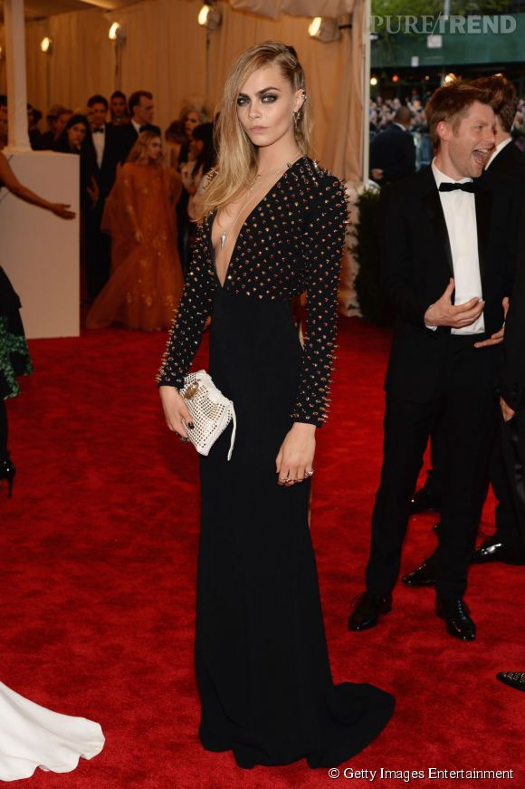 """Cara Delevingne, sublime dans une robe Burberry au MET Ball 2013, """"Punk : Chaos to Couture""""."""