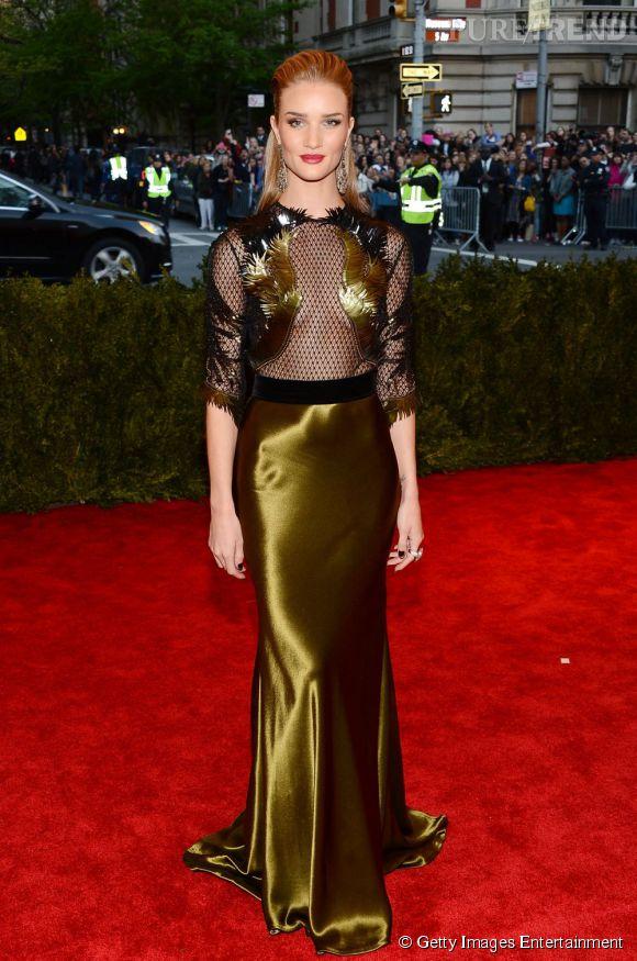 """Rosie Huntington-Whiteley en robe Gucci et bijoux Lorraine Schwartz au MET Ball 2013, """"Punk : Chaos to Couture""""."""