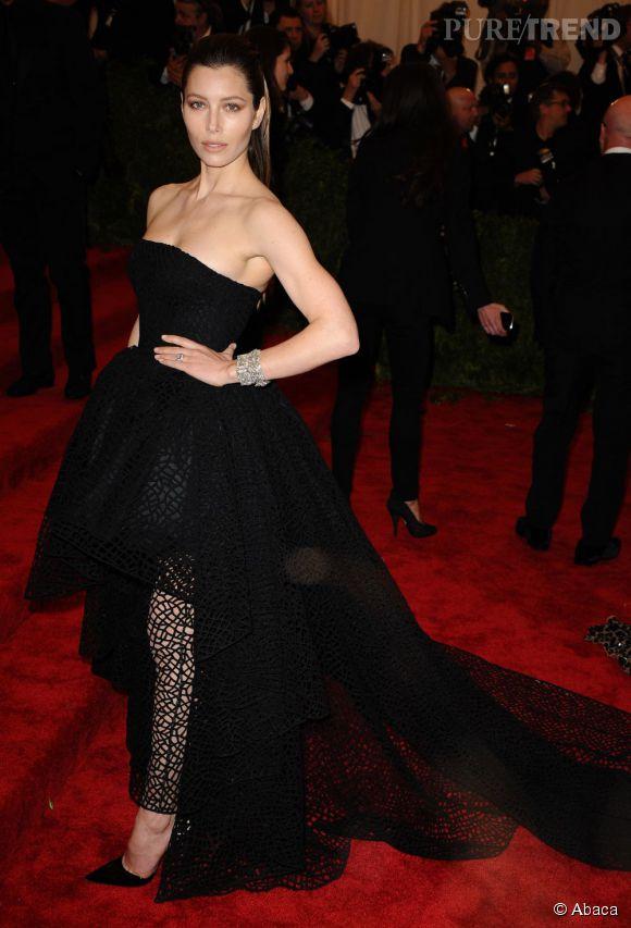 "Jessica Biel dans une robe Giambattista Valli au MET Ball, ""Punk : Chaos to Couture""."