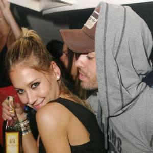 Anna Kournikova mutine dans les bras de son futur mari Enrique Iglesias.