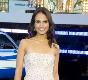 """Jordana Brewster porte une robe longue parcourue de perles grises pour un effet très glamour à la première de """"Fast & Furious 6""""."""
