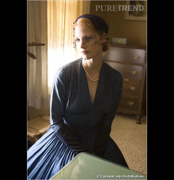 """Jessica Chastain : ses coiffures au cinéma    L'actrice garde son aura rétro dans """"The Tree of Life"""", avec ce chignon bas habillé d'une voilette."""