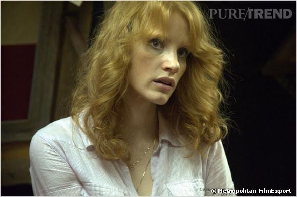 """Jessica Chastain : ses coiffures au cinéma    Dans """"Killing Fields"""", elle détend ses boucles et adopte la frange. Un brushing qui rappelle un peu celui de Farrah Fawcett."""
