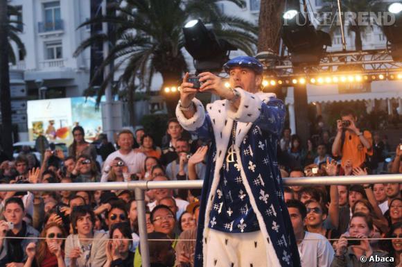 Michael Youn fait son show en 2010 et prend quelques photos souvenir.
