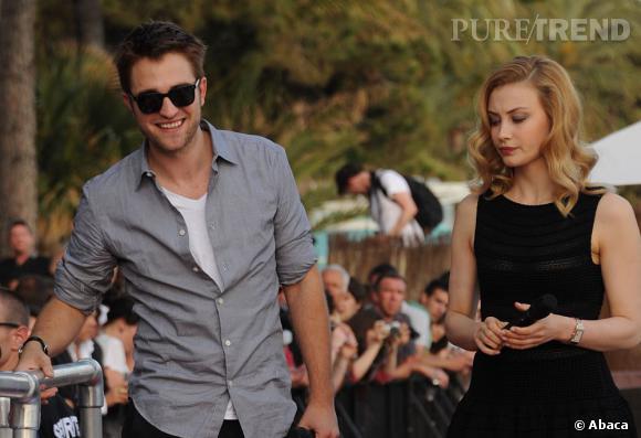 """Robert Pattinson arrive en compagnie de sa partenaire de """"Cosmopolis"""" Sarah Gadon en 2012."""