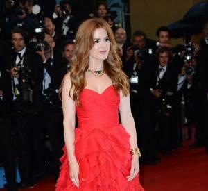 Isla Fisher en robe Oscar de la Renta dramatique et des bijoux Bulgari.